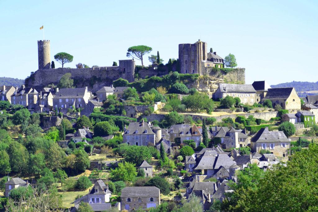 Le château de l'ancienne Vicomté de Turenne, dont il ne reste que la tour César et la tour de garde, avec entre le deux un magnifique jardin à la française, et le village de pierre à flanc de coteau.