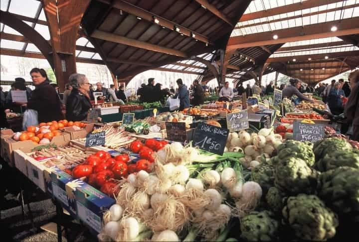 """Le fameux marché sous la """"halle Georges Brassens"""" de Brive la Gaillarde, où l'on trouve non seulement les bottes d'oignons chantées par Georges Brassens, mais aussi de très nombreux produits régionaux dont la noix AOP du Périgord."""