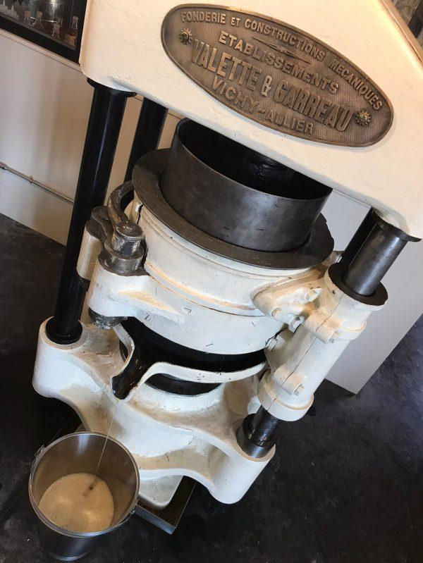 Le filet d'or coule de l'honorable presse Valette et Garreau en bronze, fidèle au poste depuis 1925.
